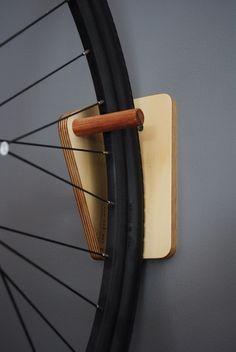 Tijd en ruimte besparen door opknoping van uw fiets binnen of buiten. Gemaakt van premium multiplex en Tasmaanse Eik, kunt dit rek u snel en gemakkelijk uw fiets tussen ritten. Gewaardeerd voor fietsen tot 16kg, het rek is ontworpen om te worden aangesloten rechtstreeks op stevige muren of een stoeterij van hout.