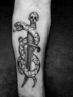 #traditional #traditionaltattoo #blackandwhite #blackandwhitetattoo #tattoo #tatuaggio #ink #inked #snake #snaketattoo #skull #artka #artkatattoo #kattiusciacavaliere #pinerolo #pinerolotattoo #piemonte #italy #torinotattoo #pinterest #pinteresttattoo
