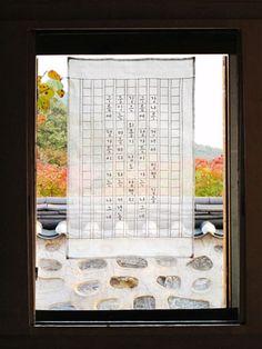 Korean cloth with Hangul poem by design meem. Korean Traditional, Traditional Art, Korean Crafts, Patchwork Curtains, Fiber Art Quilts, Korea Design, Japanese Quilts, Crazy Patchwork, Korean Art