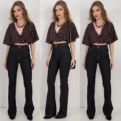 Cropped estampado  calça flare cintura alta  bolsa.  Disponíveis para compra pelo site http://ift.tt/PYA077.