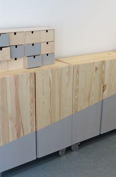 Pimp je kast met wielen. DIY | YDEAS | Inspiratie. IKEA kastjes gepimpt met wielen en een kleurvlak. De kastjes zijn nu één geheel en overal neer te zetten.