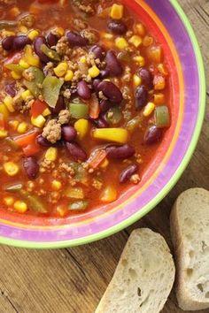 Nicht nur auf einer Feier beliebt Diese Suppe mache ich gerne für Geburtstagsfeiern, da sie bei allen gut ankommt (auch mit vegetarischer Bolognese). Ich mache sie immer relativ mild und man kann sich beliebig nachwürzen bzw. Schärfe hinzugeben. Die Suppe erinnert ein wenig an Chili con Carne im weitesten Sinne. Feuertopf - Rezept Ausdrucken … Chili Party, One Pot, Beans, Vegetables, Food, Purple Yam, Wordpress, Banana Leaves, Live Cams