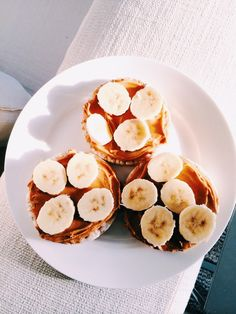 Rice cakes, peanut butter, and banana - a yummy and healthy snack for the kids! I Love Food, Good Food, Yummy Food, Food Goals, Rice Cakes, Healthy Snacks, Healthy Eating, Healthy Life, Cravings