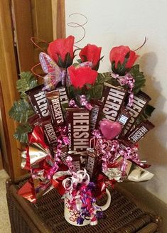 Diy Valentine's Day Decorations, Valentines Day Decorations, Valentine Crafts, Easter Crafts, Candy Bouquet Diy, Valentine Bouquet, Liquor Bouquet, Valentine Flower Arrangements, Candy Arrangements