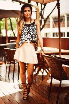 Toda bela tem o seu lado fera, não é? Nossa modelo mostra toda a atitude da mulher brasileira ao vestir blusa de cetim em estampa de onça junto com saia nude. Um look para valorizar as suas qualidades e te fazer brilhar!
