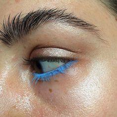 Pomysł na makijaż oka. Błękitny eyeliner w żelu @inglot_cosmetics, cień Extra Dimension Sweet Heat @maccosmetics, rozświetlacz w sztyfcie nr 100 @kikomilano, czarny żel do brwi @glossier ⭐️ #oczko #makeup #blue #elementzenski