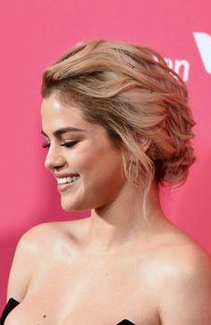 Pinterest: DEBORAHPRAHA ♥️ selena gomez red carpet hair style look