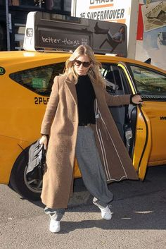Sienna Miller Pictures and Photos Street Look, Street Style, Sienna Miller, Nike Air Shoes, Alternative Outfits, What To Wear, Winter Fashion, Winter Jackets, Normcore