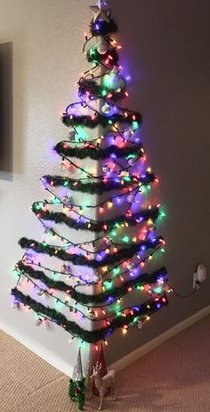 DIY Wall Christmas Tree Ideas That'll Get You To Downsize Now - Hike n Dip - - Looking for Christmas decoration for small space. Then you should definetly put up a wall Christmas Tree. Here are best DIY Wall Christmas tree ideas. Wall Christmas Tree, Noel Christmas, Simple Christmas, Christmas Projects, Beautiful Christmas, Office Christmas, Modern Christmas, Homemade Christmas, Different Christmas Trees