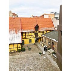 Das @formdesigncenter liegt in einem der ältesten Gebäude Malmös, Hedmanska Gården, direkt am Lilla Torg. Teile des Hofes entstanden bereits 1597! Die Ausstellungsfläche wird von @svenskform betrieben, samt Shop und Café (mit free Wifi).