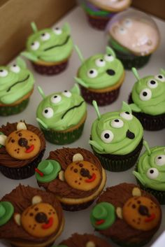 hehehe little alien cupcakes from toy story! Alien Cupcakes, Toy Story Cupcakes, Cute Cupcakes, Colored Cupcakes, Toy Story Birthday, Toy Story Party, Birthday Ideas, Baker Cake, Cool Cake Designs