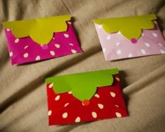 Des enveloppes fraises à imprimer Cardboard Crafts, Paper Hearts, Diy Projects To Try, Plastic Cutting Board, Greeting Cards, Scrapbook, Invitations, Simple, Job