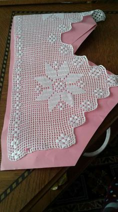 This Pin was discovered by Ter Crochet Edging Patterns, Crochet Lace Edging, Crochet Borders, Filet Crochet, Crochet Designs, Crochet Doilies, Crochet Stitches, Crochet Bedspread, Crochet Curtains