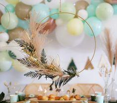 Ce cercle en laiton doré de 50 cm peut être utilisé de plusieurs façons ! Vous pouvez le décorer de fleurs séchées pour une décoration bohème, de végétaux stabilisés pour un déco à l'esprit botanique, de petites guirlandes Led pour une déco industrielle ...  Cérémonie, un fond de photobooth, un mur dans votre salle! #diycerclemetal #diydecorationcerclemetal Diy Décoration, Wreaths, Table Decorations, Led Garland, Hoop, Dried Flowers, Door Wreaths, Deco Mesh Wreaths, Garlands
