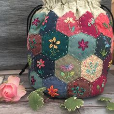Patchwork Hexagonal, Patchwork Cushion, Hexagon Quilt, Patchwork Bags, Bag Pattern Free, English Paper Piecing, Handmade Bags, Embroidery Applique, Quilt Patterns