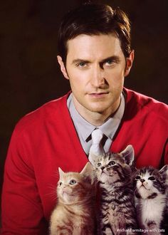 Richard Armitage (aka Thorin Oakenshield) with some adorable, lucky kittens!