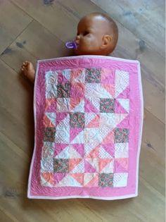 Billeder fra mit kreative hjørne: En lille Quilt til Sophies dukke.