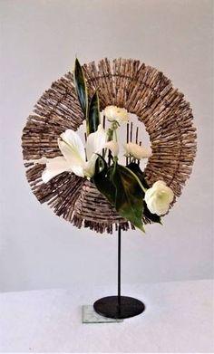 Contemporary Flower Arrangements, Creative Flower Arrangements, Art Floral, Floral Design, Arrangements Ikebana, Floral Arrangements, Heart Art, Flower Crafts, Table Centerpieces