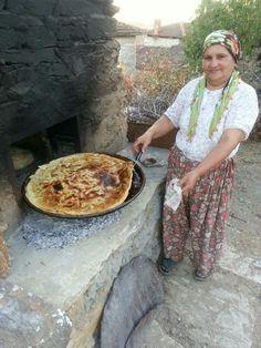 Cultures Du Monde, World Cultures, Bread Oven, Bread Baking, People Around The World, Around The Worlds, Turkey Culture, Sourdough Bread, Naan