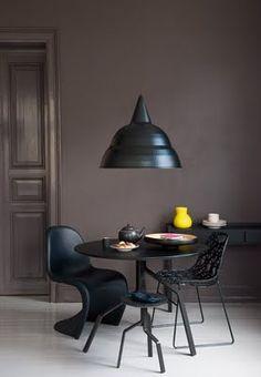 Mur brun profond pour salle à manger , mobilier noir | Dark Brown wall