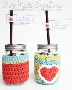 Forrar los botes (o vasos) de crital, a crochet.