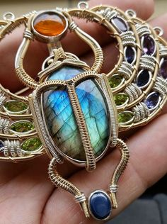 Awesome pendent by Shannon McMillan Wire Jewelry Designs, Jewelry Crafts, Jewelry Art, Jewellery, Stone Wrapping, Wire Wrapping, Egyptian Jewelry, Victorian Jewelry, Beads And Wire