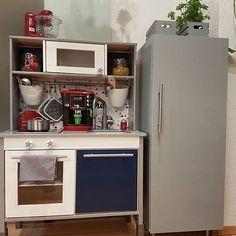 Noch eine toll gepimpte Küche mit dem  TRIANGLIG Set  Tolle Idee dazu: Ein Kühlschrank gebaut aus einem kleinem Schrank der IKEA METHOD Serie. Danke fürs Foto @tinis_kunterbunte_welt  #ikeaduktigkitchen #ikeaduktighack #kinderküche #kinderzimmer #instakids #duktig #meinlimmaland