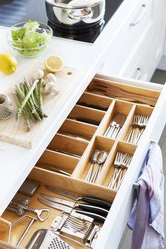 00423718. Cubiertos colocados en pequeñas cajas en uno de los cajones de la cocina_00423718