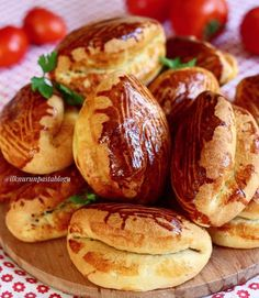 Sarıyer Poğaçası Recipe - Culinarygram You are in the right place about Fast Recipes clean eating Here we offer you the most beautiful pictures about Beef Pies, Mince Pies, Turkish Recipes, Ethnic Recipes, Green Curry Chicken, Onion Pie, Mushroom Pie, Healthy Vegetable Recipes, Flaky Pastry