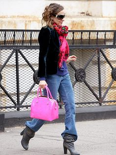 pink bag - blue jeans --- Sarah Jessica Parker - SATC - Carrie Bradshaw - set - sex and the city Denim Fashion, Star Fashion, Color Fashion, Sarah Jessica Parker Lovely, Carrie Bradshaw Style, Scarf Styles, Everyday Fashion, Passion For Fashion, Celebrity Style