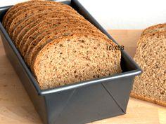 Volkorenbrood van 100% tarwe. Een eenvoudig basisrecept voor een volkoren busbrood. Heb je geen bakvorm, maak er dan een vloerbrood van. Lekker en gezond. Pastry Recipes, Bread Recipes, Cake Recipes, Cooking Bread, Bread Baking, Wheat Bread Recipe, Good Food, Yummy Food, Vegan Bread