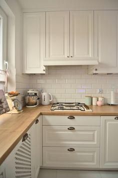 Białe tradycyjne szafki w aranżacji kuchni - Lovingit. Kitchen Room Design, Modern Kitchen Design, Kitchen Layout, Home Decor Kitchen, Interior Design Kitchen, New Kitchen, Home Kitchens, Kitchen Arrangement, Apartment Kitchen
