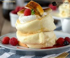 Best place for super fluffy Japanese pancakes; just drop by Fuwa Fuwa! Recently inaugurated in Midtown, the Toronto pancakes shop is spreading happiness with Japanese dessert that is not only delicious but are also light airy to meal in the mouth. Souffle Pancakes, Savory Pancakes, Pancakes Easy, Breakfast Pancakes, Japanese Souffle Pancake Recipe, Japanese Pancake, Japanese Fluffy Pancakes, Pancake Shop, Pancake Maker