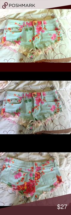 Adorable floral cut offs! Floral is all the rage! Wear w a tee and flips around town or w heels out at night! Car mar Shorts Jean Shorts