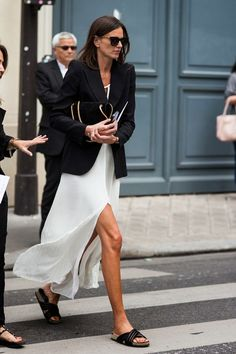 Are you looking for effortless minimalist outfit ideas to refresh your spring wardrobe? For no brainer easy mornings, we round up fifteen looks to get you inspired. Daily Fashion, Fashion Week, Spring Fashion, Fresh Outfits, Spring Outfits, Casual Outfits, White Outfits, Mode Chic, Mode Style