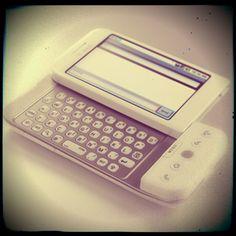 ¿SABÍAS QUE EL PRIMER CELULAR CON ANDROID FUE FABRICADO POR HTC? Así es, hace ya cuatro años que la firma taiwanesa HTC lanzó al mercado el primer celular con Android: se trataba del G1. De pantalla táctil y para potenciar la experiencia del usuario, la plataforma Android combinaba algunos de los servicios más populares de Google, como Maps, Street View, Gmail, Calendar, GTalk, YouTube y otros más, ya que el código siempre estuvo abierto para nuevos desarrollos.