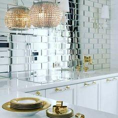 Lustrzane płytki to nie tylko świetny sposób na rozświetlenie wnętrza, ale także coraz bardziej zauważalny trend w wystroju wnętrz. Jak Wam się podobają? :) #HOFF #salonhoff #kraków #ilovehoff #design #wystrojwnetrz #bathroom #bathroomdesign #ceramika #inspiracja #kuchnia #płytki #tiles #mozaika #mosaic #lustro #mirror #trendy #kitchen
