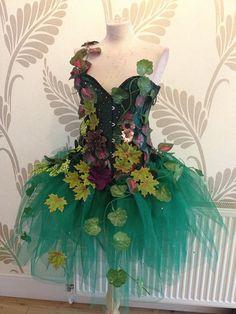 Atemberaubende Waldfee Kostüm drapiert in Laub! Voll entbeinten Korsett mit Schnürung und Bescheidenheit Panel hinten Seidenschnur. Wald grün Netz Tutu Rock das Korsett befestigt.