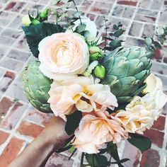 Ramo de novia con rosas y alcauciles  / by Mercedes Courreges Ambientaciones