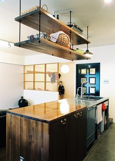 実は一度新築マンションを購入して暮らしていたご家族でした。機能面では新築が良いのは当然。でも、夫婦とも味のあるものが好きな性質。もちろん新しくキレイでかっこいいもののよさもわかるが、リノベという選択は家具や雑貨で模様替えするのと、全く違うパワーを得られるのではないか?