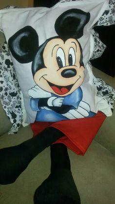 Almofada com perninha e pintura em tecido temática do Mickey