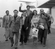 Parte del elenco de Chespirito arribando al aeropuerto internacional de Lima