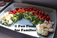 Rainbow Veggie Tray - Another School Thanksgiving feast tray. Rainbow Parties, Rainbow Birthday Party, Unicorn Birthday, Veggie Plate, Veggie Tray, Healthy Snacks, Healthy Eating, Healthy Recipes, Care Bear Party
