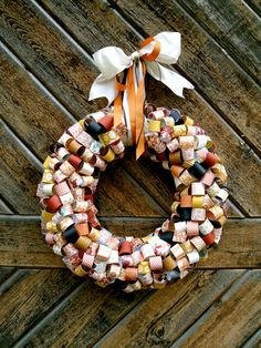 Fall Wreath - Made with loops of scrapbooking paper Xmas Wreaths, Door Wreaths, Christmas Crafts, Christmas Decorations, Christmas Stuff, Christmas Ideas, Halloween Crafts, Halloween Wreaths, Halloween Town