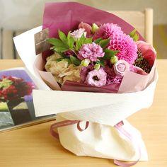 ダリアとリシアンサスのルビーピンクブーケ   花・花束の通販 青山フラワーマーケット