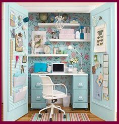 Tolle Idee! Ein Schrank als Arbeitsbereich. Pratkisch, weil man die Tür schließen kann und das Chaos ist verschwunden.