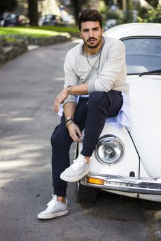 I created this casual easy outfit, composed by a blue cargo sweatpants and a warm colored cotton sweater. Photo Pose For Man, Photo Poses For Boy, Boy Poses, Portrait Photography Men, Photography Poses For Men, Mdv Style, Street Style Magazine, Best Poses For Men, Mens Photoshoot Poses