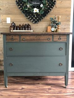 This rustic dresser makeover tutorial will show you how to take an ugly duckling dresser and turn it into a swan in a few short steps. Source by julieblanner makeover Diy Furniture Renovation, Furniture Projects, Furniture Makeover, Furniture Decor, Chair Makeover, Furniture Refinishing, City Furniture, Furniture Arrangement, Furniture Design