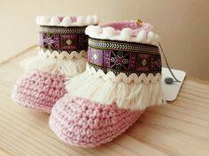 Botas bebé en rosa antiguo claro. Hechas a mano a crochet en lana merino 100%. x