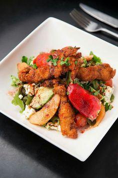 Salade du Bam, poulet croustillant aux épices, piquillos farcis au thon, melon, féta, avocat